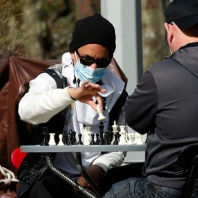 Foto: Dos personas con cubrebocas juegan ajedrez en calles de Nueva York. Getty Images