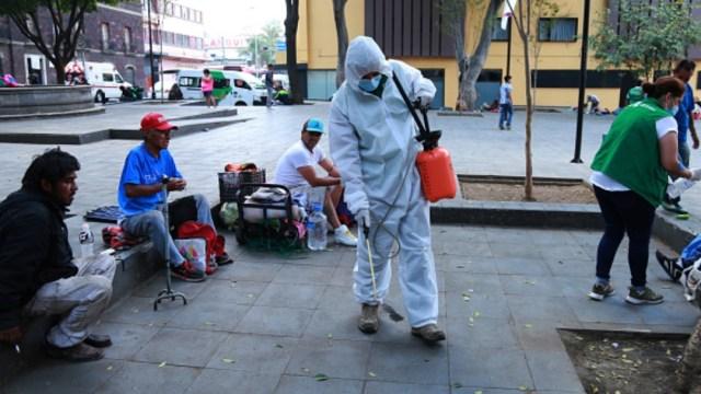 Foto: Personal sanitario limpia calles de la Ciudad de México. Getty Images