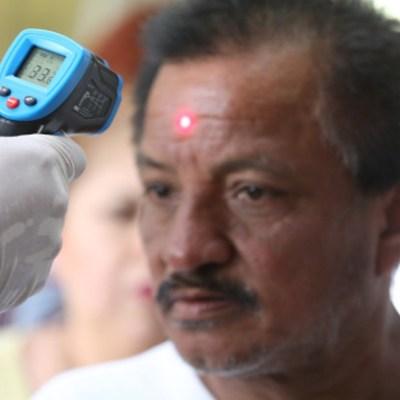 Foto: Personal médico toma la temperatura a ciudadanos en la calle. Getty Images