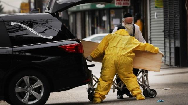 Foto: Trasladan un cuerpo en Nueva York, EEUU. Getty Images