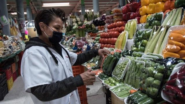 Foto: Un comerciante usa cubreboca en un mercado. Cuartoscuro/Archivo