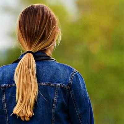 ¿Usar una coleta demasiado tiempo puede provocar la caída del cabello?
