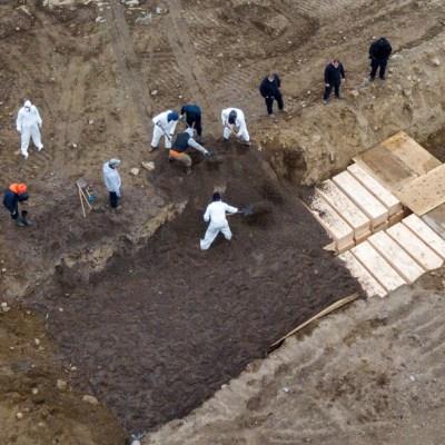 Fotos de la fosa común que cavan en Nueva York para los muertos de coronavirus