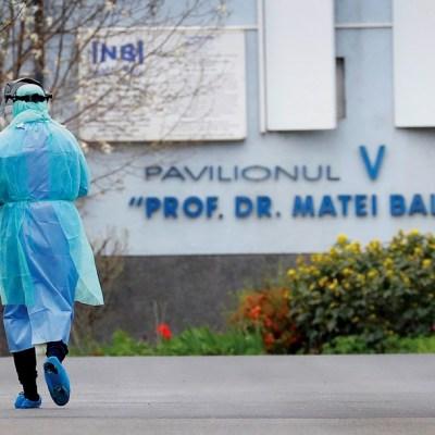 Fotografía que muestra a un trabajador de la salud caminando, 4 abril 2020