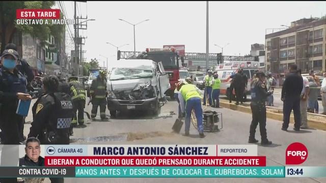 FOTO: liberan a conductor que quedo prensado en un vehiculo en cdmx