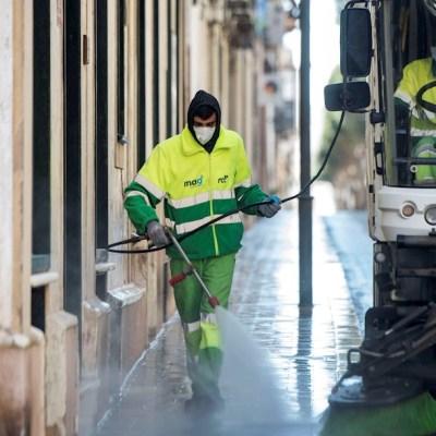Una brigada desinfecta las calles en España ante la pandemia del coronavirus, 5 abril 2020