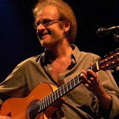 El cantautor madrileño Luis Eduardo Aute durante su actuación en Santiago de Compostela, el 21 de julio de 2001.