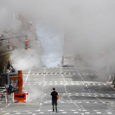 Foto: Una persona cruza la avenida Madison, en Nueva York, casi vacía, 5 abril 2020