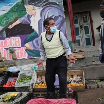 Foto: Un vendedor ofrece frutas y verduras en calles de Quito, Ecuador, 4 abril 2020