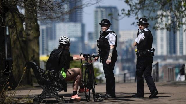 Policías en Londres realizan rondines en parques británicos, 5 abril 2020
