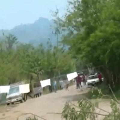 Se enfrentan policías e indígenas de Tumbalá, Chiapas, en filtros por coronavirus