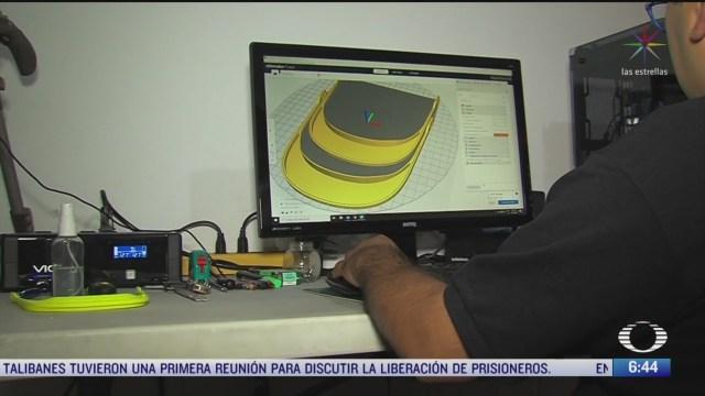un joven fabrica equipo de proteccion para medicos