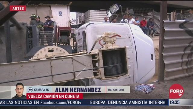 FOTO: 4 de abril 2020, vuelca camion en cuneta en la colonia jardin balbuena cdmx