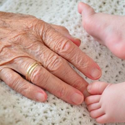 Tras cuarentena abuelitos no podrán cuidar a sus nietos: UNAM
