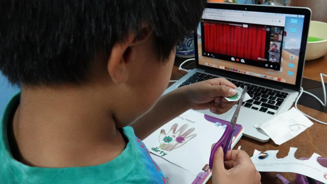 Niños toman clases a distancia con aplicaciones de internet que les permiten convivir con sus compañeros y maestros. (Foto: Cuartoscuro)