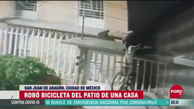 FOTO: captan a ladron que roba bicicleta de una vivienda