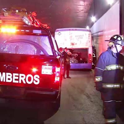 Chocan autobús de pasajeros y vehículo en Circuito Interior y Reforma, en CDMX