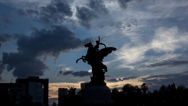 Fotografía que muestra un cielo semi nublado detrás de la silueta de uno de los pegasos que custodian el Palacio de Bellas Artes. (Foto: Cuartoscuro)
