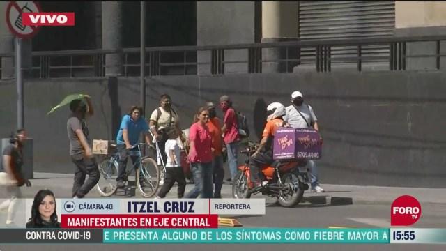 FOTO: comerciantes cobran a ciclistas y motociclistas para pasar por eje central