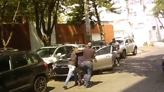 FOTO:Fueron detenidos cinco coyotes que se dedicaban a vender actas de defunción falsas en la CDMX. (Noticieros Televisa)