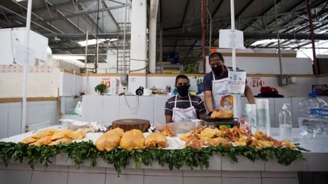 Dos comerciantes venden pollo en un mercado de México. Getty Images