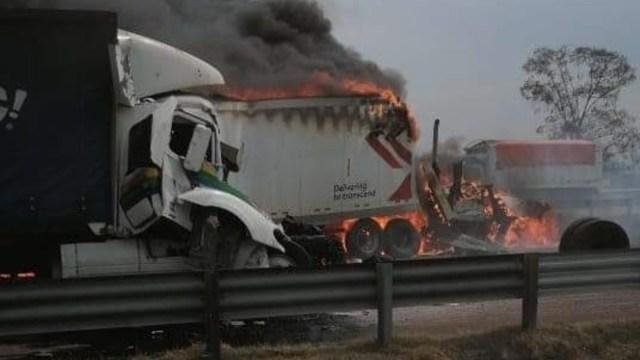 Dos tráileres chocan y se incendian en la México-Querétaro