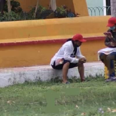 A falta de internet propio, estudiante asiste a clases virtuales en parque de Yucatán