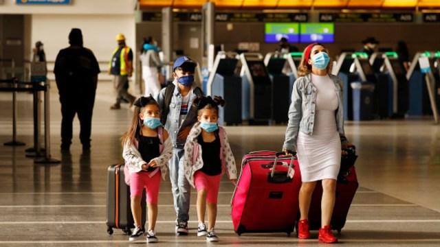 Una familia usa cubrebocas en el Aeropuerto Internacional de Los Angeles. Getty Images