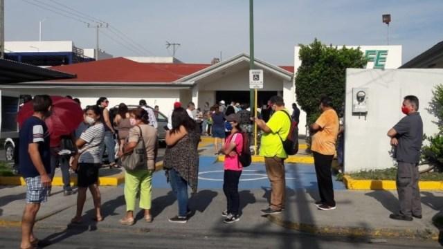 Olvidan la sana distancia para pagar la luz en Nuevo León