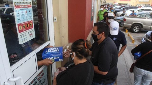 FOTO: Filas para comprar cerveza en Sonora causan primer contagio de COVID-19, el 13 de mayo de 2020