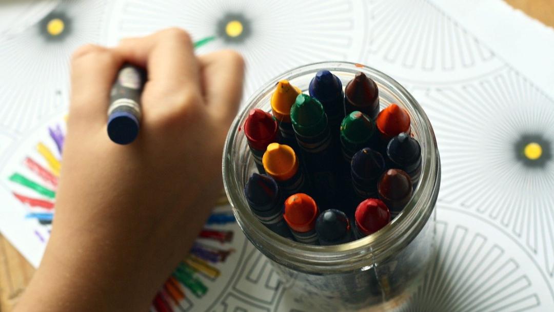 mano-de-niño-y-crayones-de-colores-para-pintar
