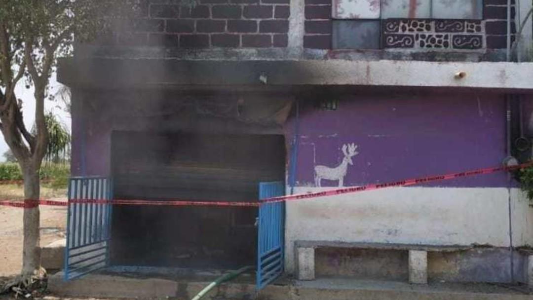 Pobladores incendiaron una casa en la comunidad de Telixtac, Morelos. @PedroTonantzin