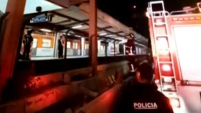 FOTO: Rescatan a hombre que subió a estructura del Metro Villa de Cortés, en CDMX, el 20 de mayo de 2020