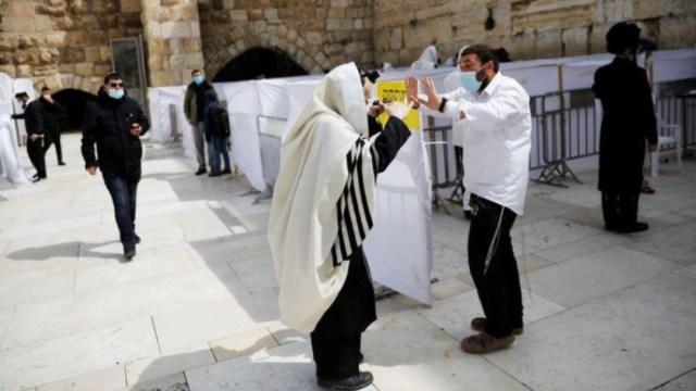 Fieles visitan el Muro de los Lamentos. Reuters