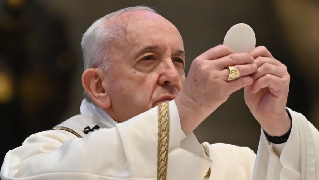 Papa Francisco reinicia misas con fieles en natalicio de Juan Pablo II