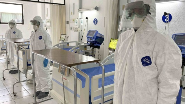 Personal médico muestra trajes e insumos contra el coronavirus. Getty Images