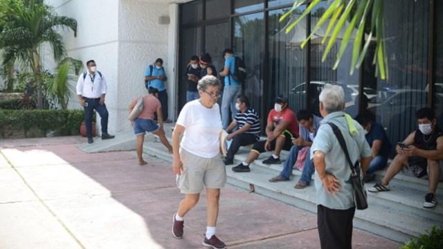 Personas con cubrebocas hacen fila en un cajero de Citibanamex. Getty Images