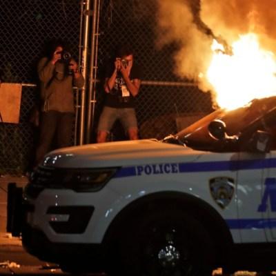 Un auto de la policía de Nueva York es incendiado durante las protestas en el distrito de Brooklyn. (Foto: AP)