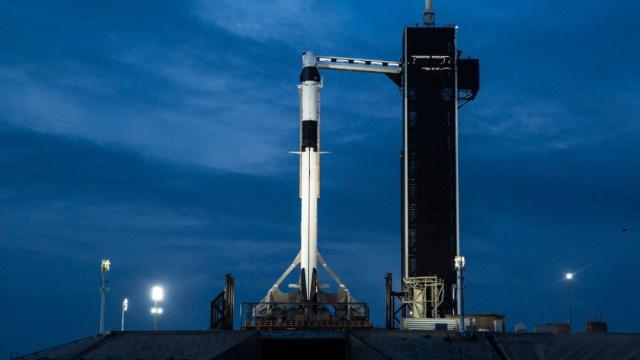 cohete-espacial-blanco-sostenido-por-base-cielo-azul-de-fondo