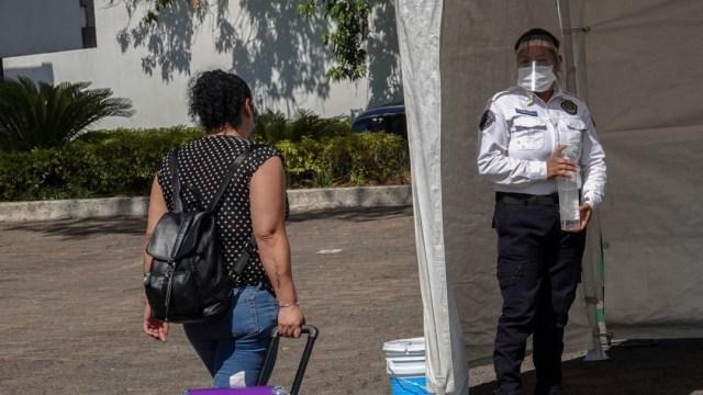 Primeras enfermeras que atienden a pacientes con coronavirus llegan a Los Pinos