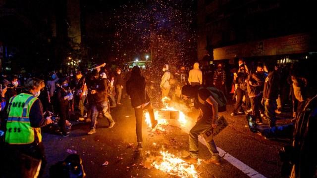 Un grupo de manifestantes queman basura en la ciudad de Oakland, California. (Foto: AP)
