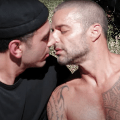 Ricky Martin y su esposo protagonizan beso en 'Antes que el mundo se acabe' de Residente