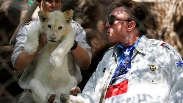 El mago Roy Horn mira a un cachorro de león blanco. (Foto: AP/archivo)