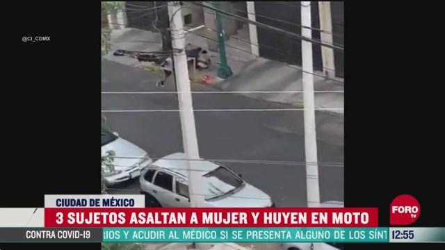 sujetos asaltan a una mujer y huyen en moto en la cdmx