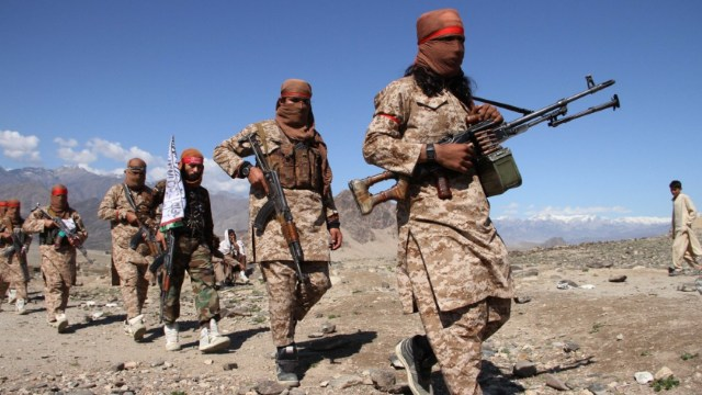 Combatientes aldeanos asisten a una reunión mientras celebran el acuerdo de paz firmado entre EEUU y los talibanes. (Getty Images)