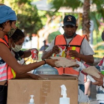 Un grupo de personas reparte comida en calles de México. Getty Images