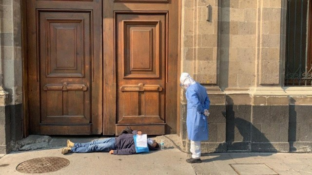 Foto: Un hombre que dice tener COVID-19 se manifiesta en Palacio Nacional