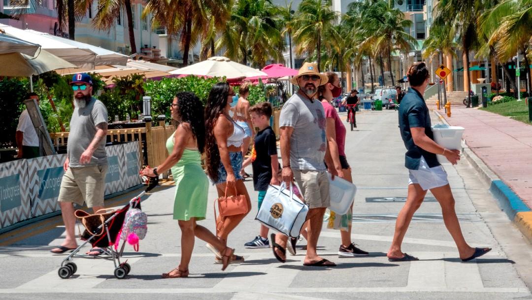 Gente en playa de Miami, Florida
