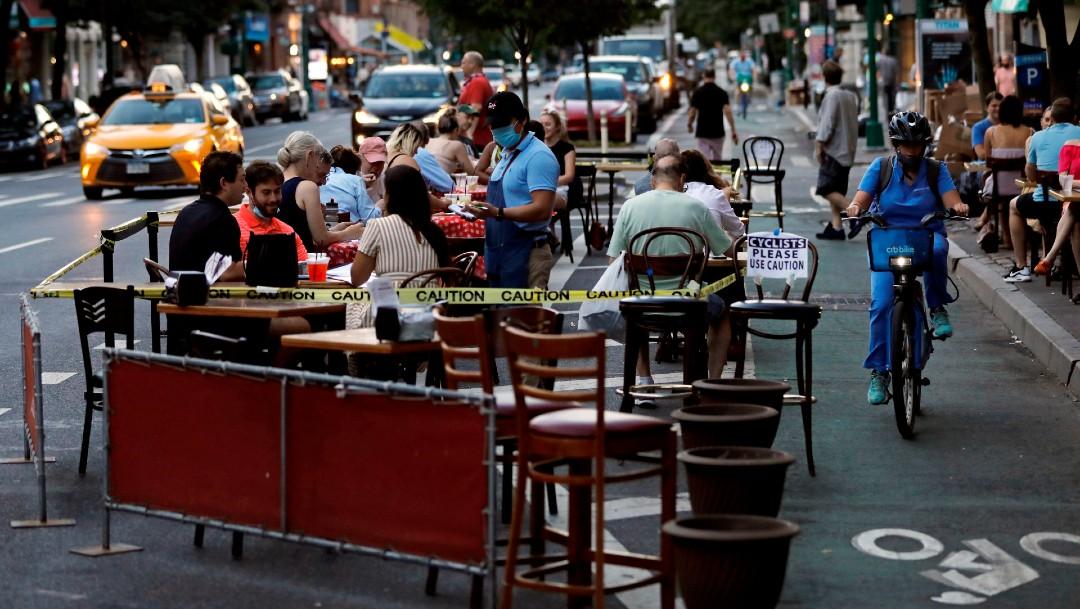 Gente en restaurante en Estados Unidos, coronavirus
