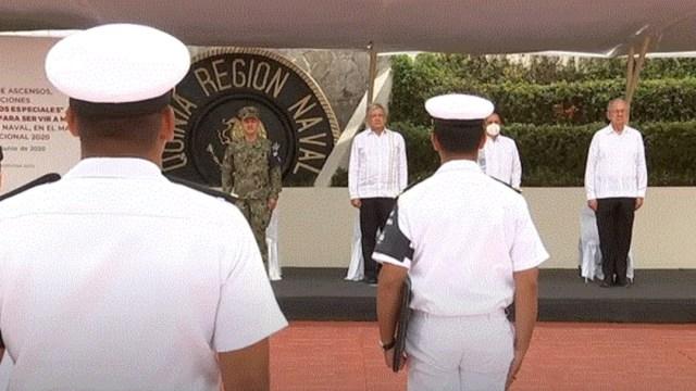 Foto: AMLO asciende y condecora a personal naval que combate coronavirus